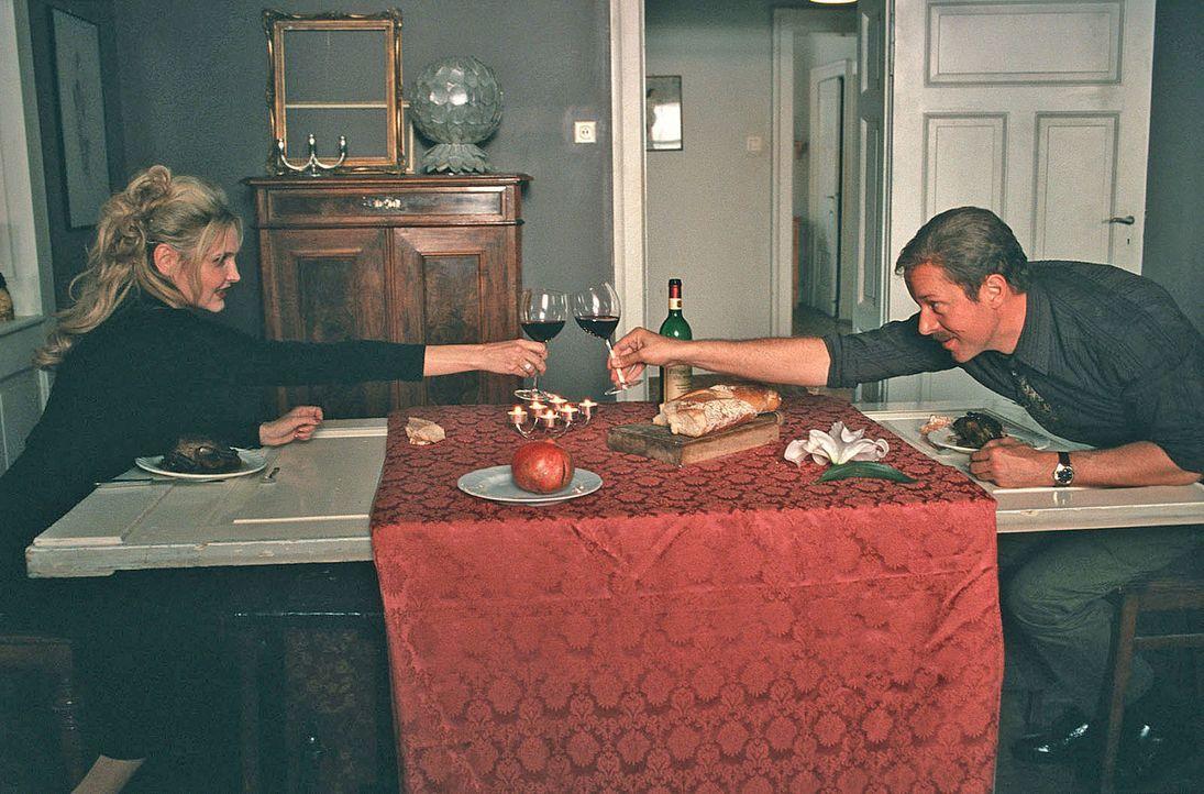 """Paul (Jochen Horst, r.) genießt ein romantisches Essen mit """"Isabelle"""" (Katharina Schubert, l.). - Bildquelle: Sat.1"""