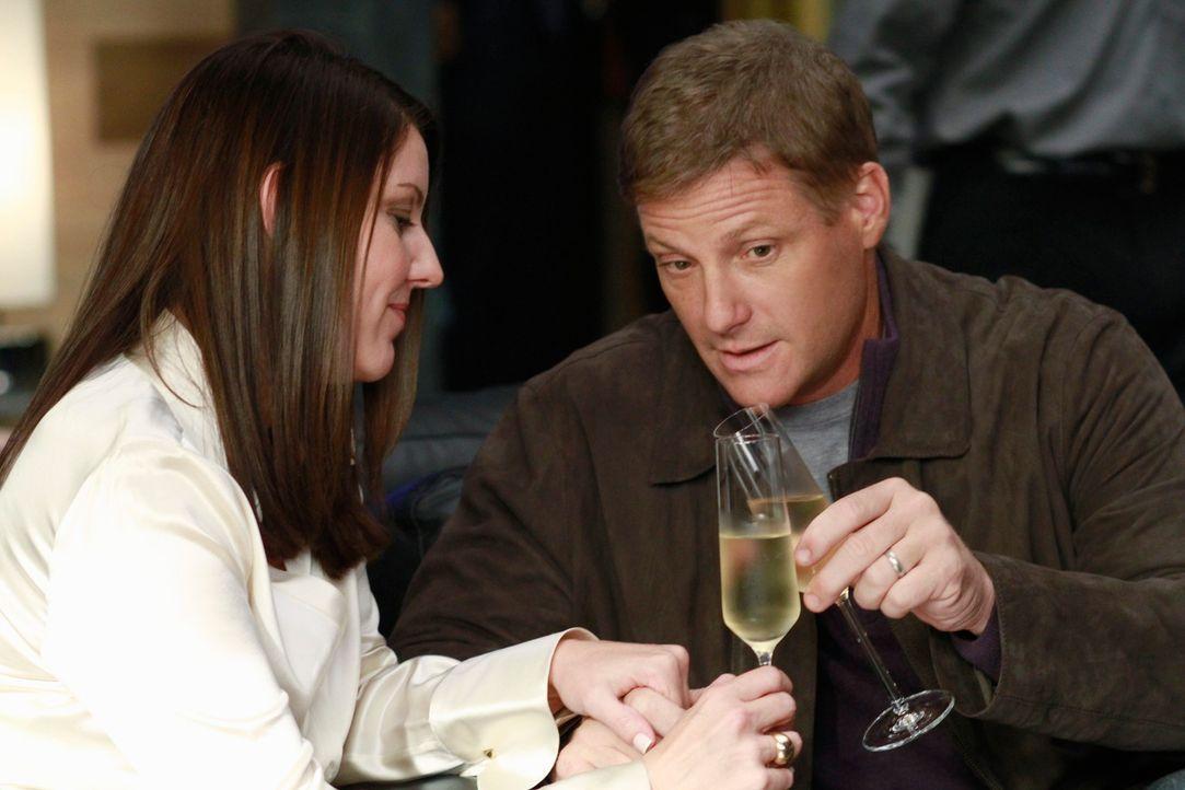 Lynette bittet Tom (Doug Savant, r.) um einen Gefallen, der allerdings seine Beziehung zu Jane (Andrea Parker, l.) zerstören könnte ... - Bildquelle: ABC Studios