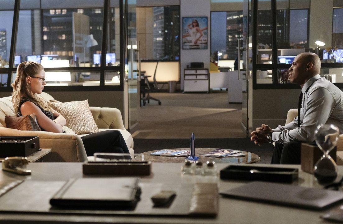Nachdem Kara (Melissa Benoist, l.) und James (Mehcad Brooks, r.) erkannt haben, dass es eine ganz besondere Gruppe von Supergirl-Anhängern gibt, müs... - Bildquelle: 2017 Warner Bros.