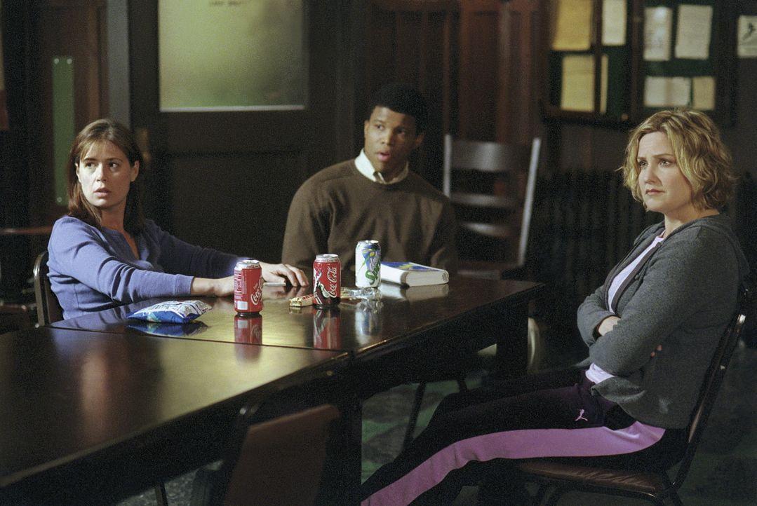 Abby (Maura Tierney, l.) erfährt, dass ihr Peiniger Brian nur eine Bewährungsstrafe bekommen hat. Da sie sich in ihrer Wohnung nicht mehr sicher f... - Bildquelle: TM+  WARNER BROS.