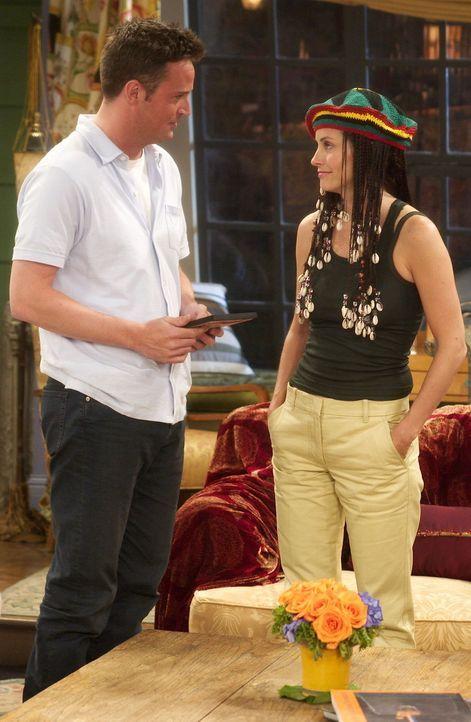 Monica (Courteney Cox, r.) hat ein neues Outfit, das Chandler (Matthew Perry, l.) absolut abscheulich findet ... - Bildquelle: 2003 Warner Brothers International Television