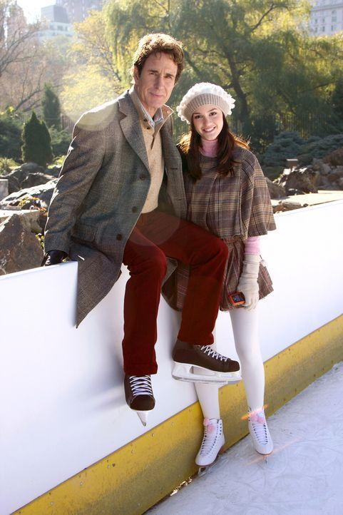 Der Familienausflug verläuft nicht nach Blairs (Leighton Meester, r.) Vorstellungen, denn ihr Vater Harold (John Shea, l.) nimmt seinen Freund Roma... - Bildquelle: Warner Brothers