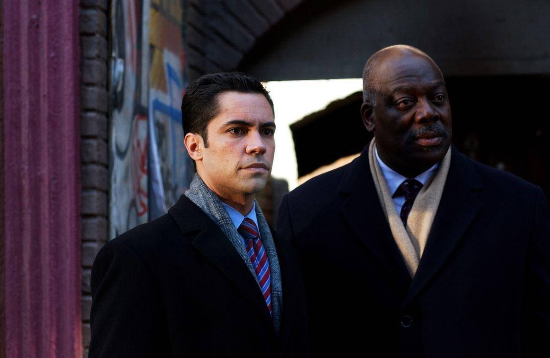 Arbeiten an einem noch ungelöstem Fall: Will (Thom Barry, r.) und Scott (Danny Pino, l.) ... - Bildquelle: Warner Bros. Television