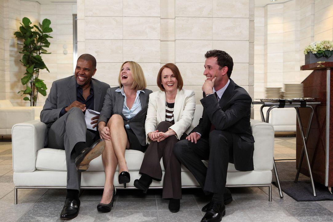 Bei der Eröffnung von Carters (Noah Wyle, r.) Gesundheitszentrum kommt es zu einem Treffen der Kollegen. Peter (Eriq La Salle, l.), Susan (Sherry S... - Bildquelle: Warner Bros. Television