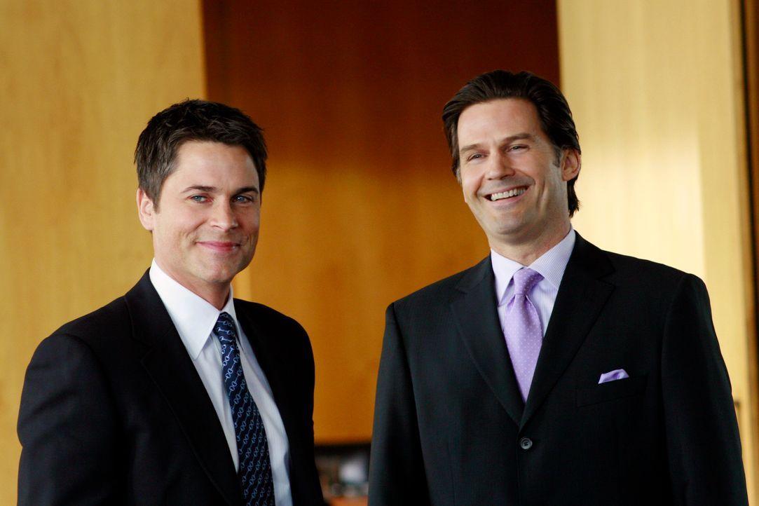 Bei einem Geschäftstermin in San Diego mit Michael Pellington (D.W. Moffett, r.) kommen sich Kitty und Senator McCallister (Rob Lowe, l.) näher ... - Bildquelle: Disney - ABC International Television