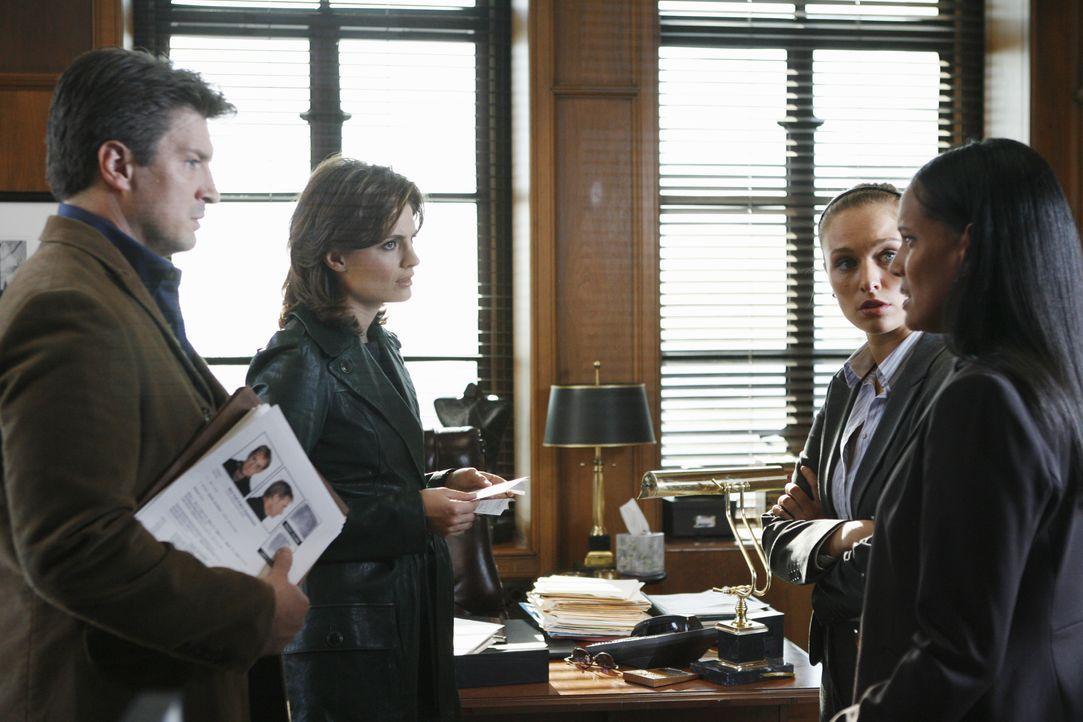 Auf Spurensuche: Castle (Nathan Fillion, l.) und Beckett (Stana Katic, 2.v.l.) befragen Nicole Cameron (Shari Headley, r.) und Scarlett Price (Micha... - Bildquelle: ABC Studios