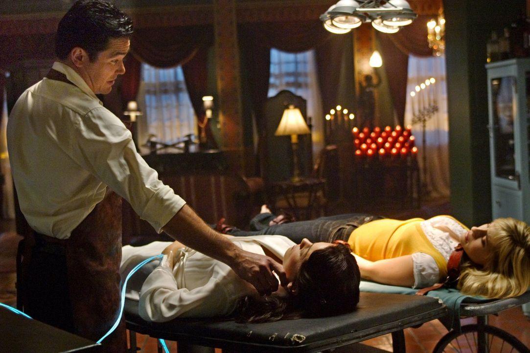 Das Angebot, Chloe (Allison Mack, r.) wieder normal zu machen, war eine Falle. Der unsterbliche Dr. Knox (Dean Cain, l.) will nur ihre Organe, um se... - Bildquelle: Warner Bros.