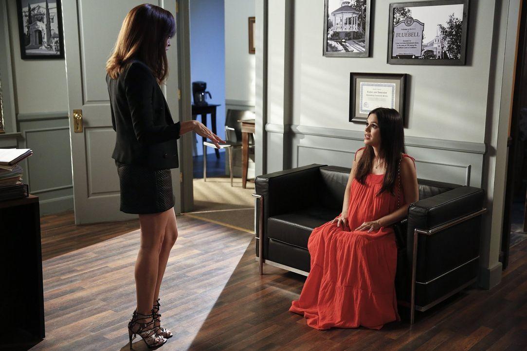 Für die Anwältin Olivia Green (Autumn Reeser, l.) ist der neue Job in BlueBell alles andere als einfach. Das kommt vor allem Zoe (Rachel Bilson, r.)... - Bildquelle: 2014 Warner Brothers