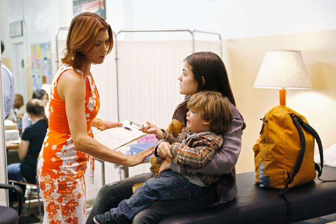 Während sich Addison (Kate Walsh, l.) und Cooper um Elliot, den Sohn einer Obdachlosen (Lucy Hale, 2.v.r.) kümmern, hat Violet Probleme, sich ihrem... - Bildquelle: ABC Studios