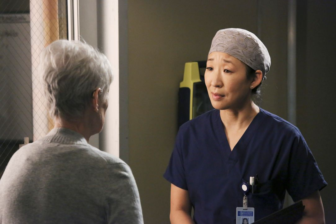 Christina (Sandra Oh, r.) erklärt Nancy (Jennifer Bassey, l.), dass sie bei Paul ein Blutgerinnsel gefunden hat, das bisher unentdeckt blieb. Er mu... - Bildquelle: ABC Studios