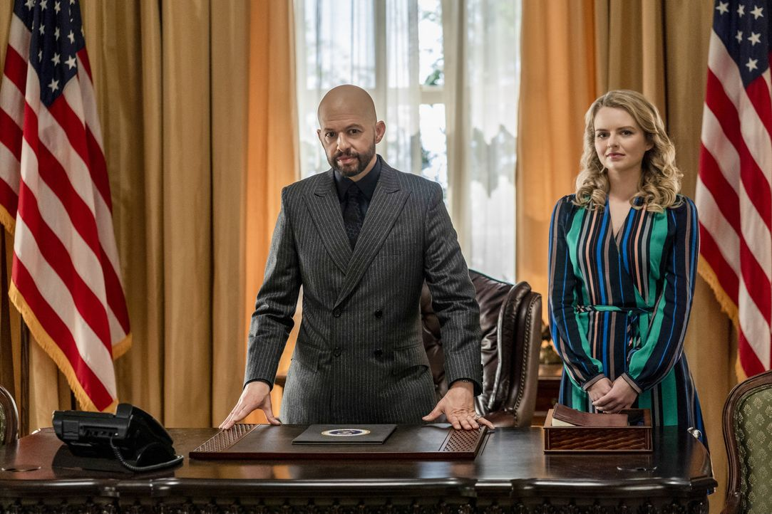 Lex Luthor (Jon Cryer, l.); Eve Teschmacher (Andrea Brooks, r.) - Bildquelle: Colin Bentley 2019 The CW Network, LLC. All Rights Reserved.