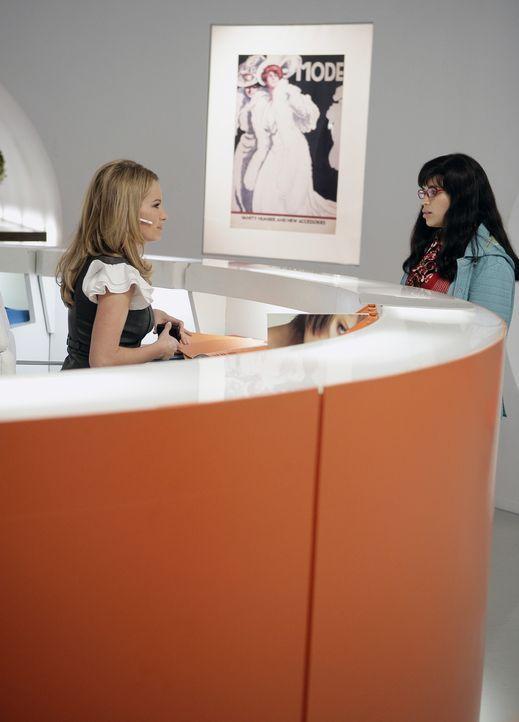 Amanda (Becki Newton, l.) hat für Betty (America Ferrera, r.) immer ein paar Frechheiten parat ... - Bildquelle: Buena Vista International Television