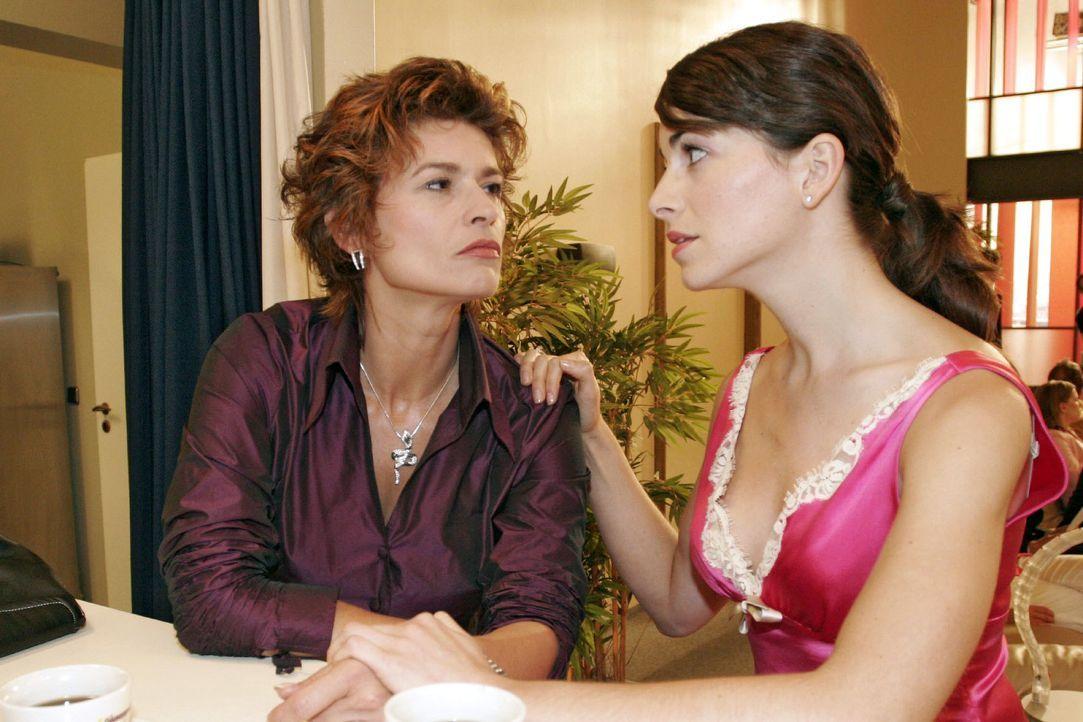 Mariella (Bianca Hein, r.) ist in großer Sorge um ihre Mutter Sophie (Gabrielle Scharnitzky, l.), die ihre Einsamkeit im Alkohol ertränkt. - Bildquelle: Noreen Flynn SAT.1 / Noreen Flynn