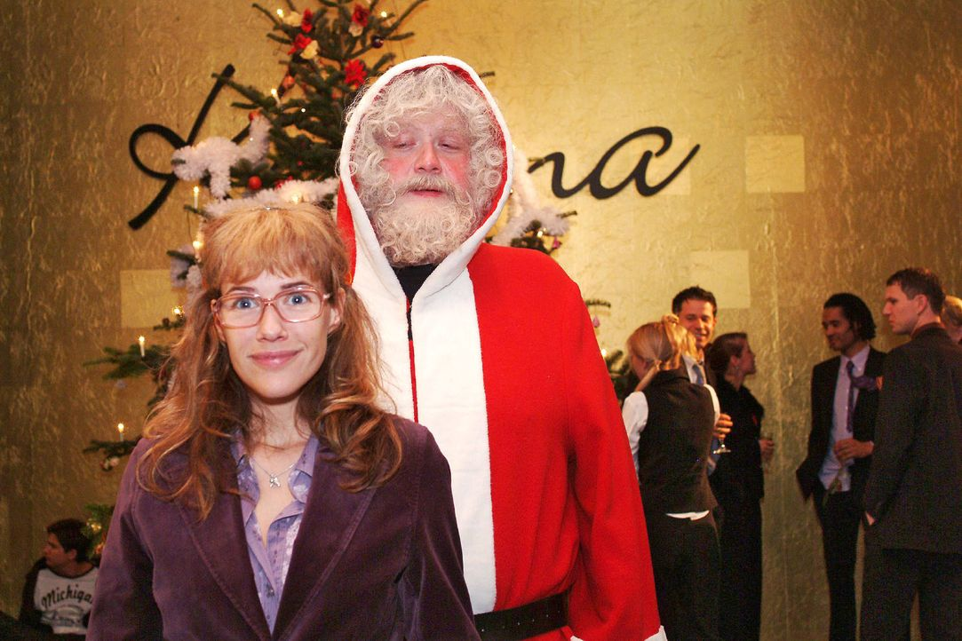 Die Weihnachtsfeier beginnt! Lisa (Alexandra Neldel, l.) und der Weihnachtsmann (Dirk Hinzberg, r.). (Dieses Foto von Alexandra Neldel darf nur in Z... - Bildquelle: Monika Schürle SAT.1 / Monika Schürle