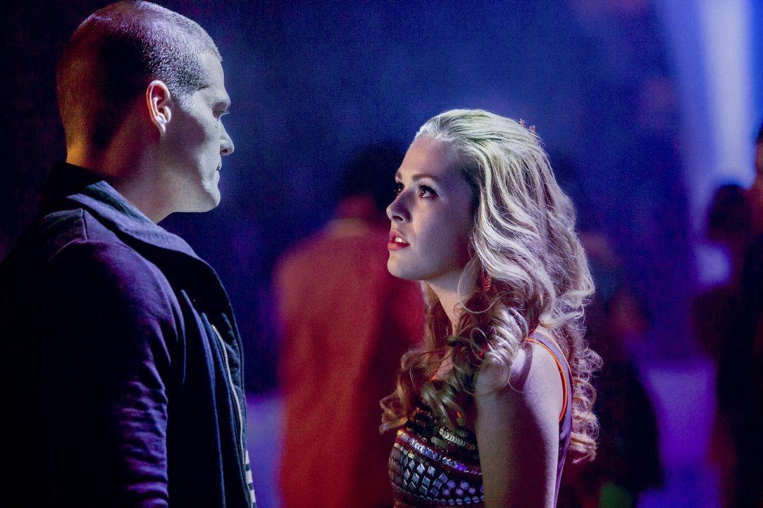 Haben einigen Gesprächsbedarf: Wird Taylor (Natalie Hall, r.) Drake (Greg Finley, l.) wirklich die Wahrheit erzählen? - Bildquelle: 2014 The CW Network, LLC. All rights reserved.