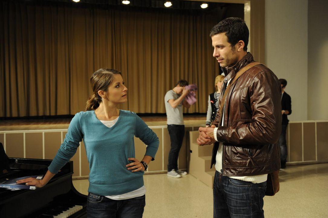 Bea (Vanessa Jung, l.) kehrt zur Schule zurück, als sie von Michael (Andreas Jancke, r.), dass die Musik-AG kurz vor dem Ende steht ... - Bildquelle: Christoph Assmann SAT.1