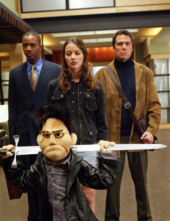 Schaffen es Gunn (J. August Richards, l.), Fred (Amy Acker, M.) und Wesley (Alexis Denisof, r.), die dämonische Puppe zu besiegen ... - Bildquelle: The WB Television Network
