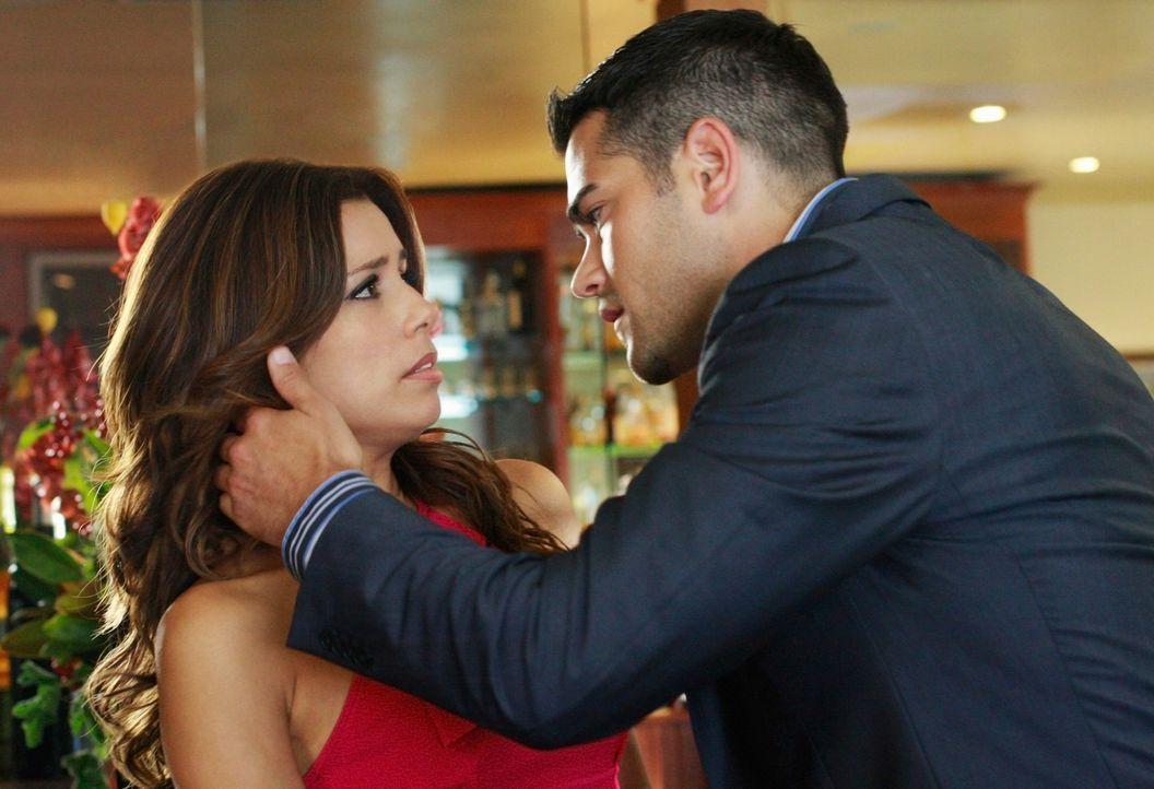 Während Lynette versucht, ihre Schwangerschaft vor Carlos geheimzuhalten, erfährt Gabrielle (Eva Longoria, l.), dass John (Jesse Metcalfe, r.) sie u... - Bildquelle: ABC Studios