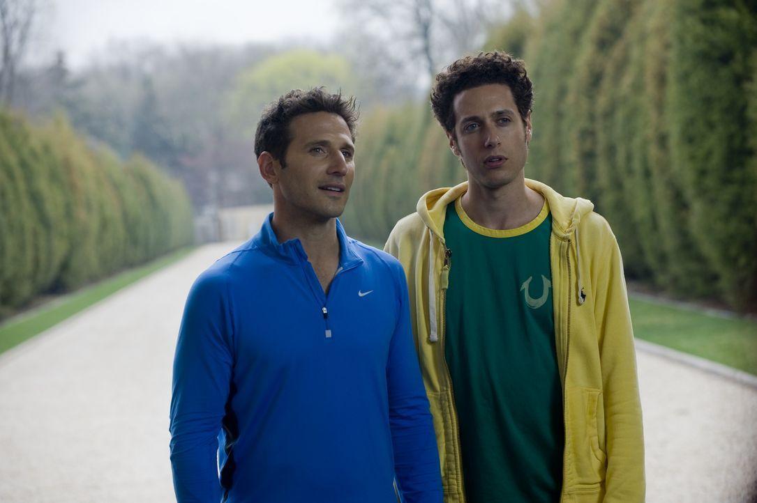 Evan (Paulo Costanzo, r.) begleitet seinen Bruder Hank (Mark Feuerstein, l.) zu einem neuen Patienten ... - Bildquelle: Universal Studios