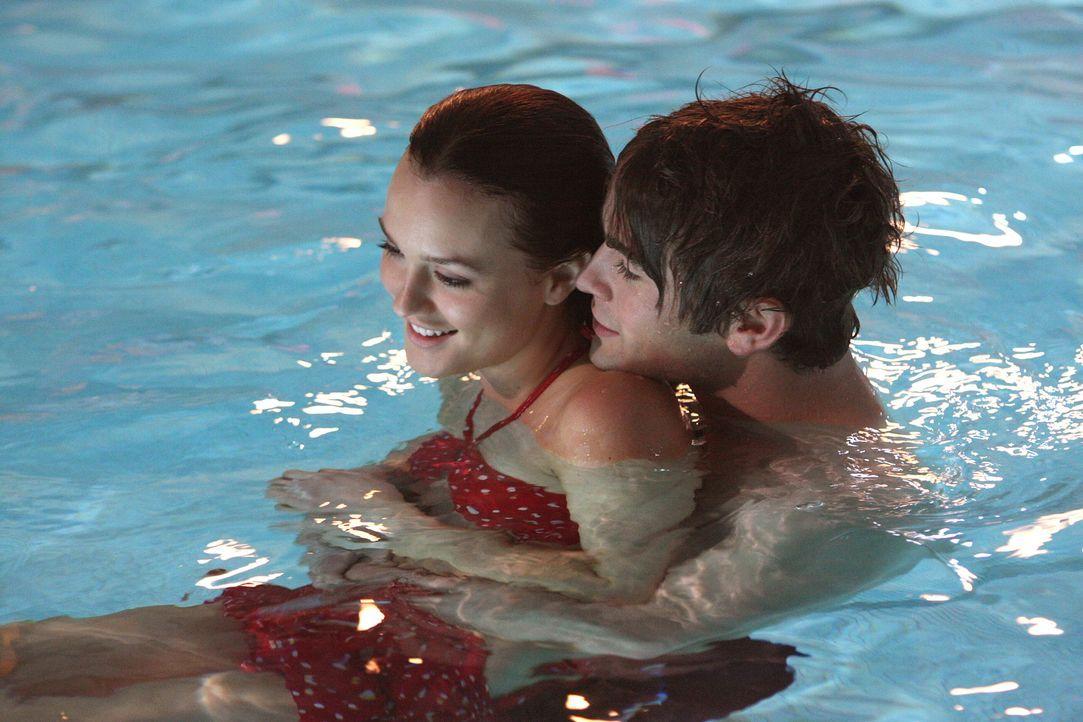 Auf der heimlichen Poolparty geht es wild zu: Blair (Leighton Meester, l.) und Nate (Chace Crawford, r.) genießen die heimliche Aktion ... - Bildquelle: Warner Brothers