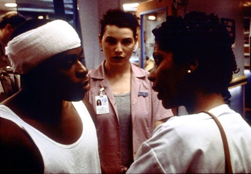 Schwester Evans (Penny Johnson, r.) weist B.G. (Kareem Grimes, l.) zurecht und fordert ihn auf, sich bei Hathaway (Julianna Margulis, M.) dafür zu b... - Bildquelle: TM+  2000 WARNER BROS.