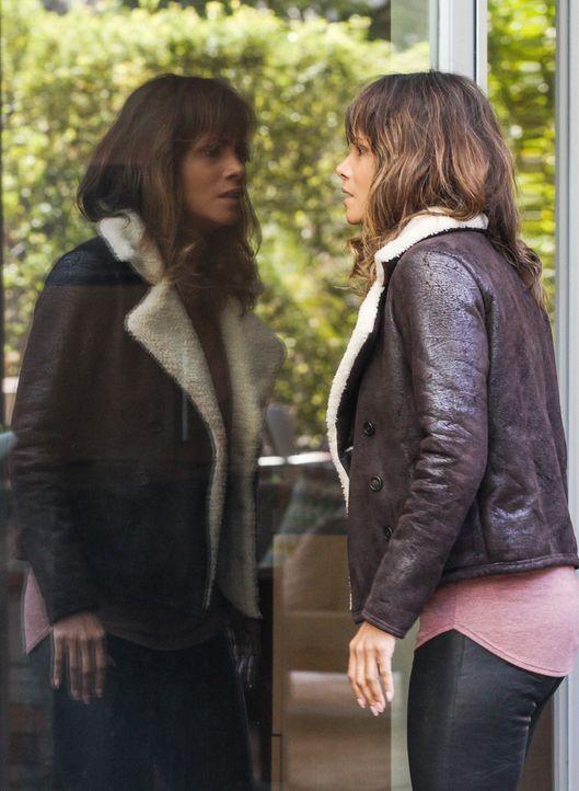 Während Molly (Halle Berry) Leben retten will, wird Julie dazu angehalten, etwas zu erschaffen, das viele Menschen das Leben kosten wird ... - Bildquelle: Sonja Flemming 2015 CBS Broadcasting Inc. All Rights Reserved.