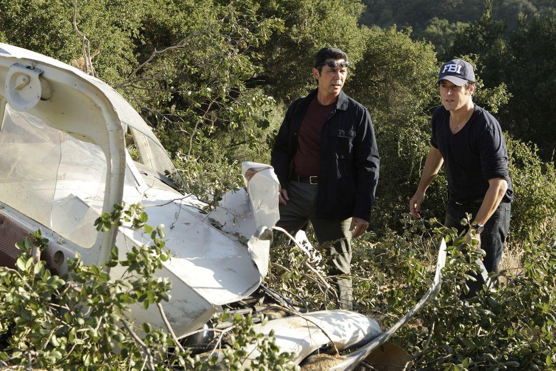 Während der Ermittlungen stoßen Don Eppes (Rob Morrow, r.) und Ian Edgerton (Lou Diamond Phillips, l.) auf etliche dubiose Ergebnisse, was die Aufkl... - Bildquelle: Paramount Network Television