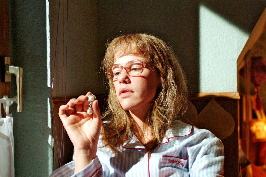 Lisa (Alexandra Neldel) wirft einen Blick auf die sündhaft teuren Ohrringe - und muss entscheiden, ob sie bestechlich ist ... (Dieses Foto von Alexa... - Bildquelle: Monika Schürle SAT.1 / Monika Schürle