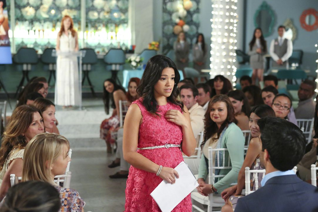 Jane (Gina Rodriguez, M.l.) kann es nicht glauben: Rafael (Justin Baldoni, r.) macht ihr einen Heiratsantrag. Doch wird sie ihn annehmen? - Bildquelle: 2014 The CW Network, LLC. All rights reserved.