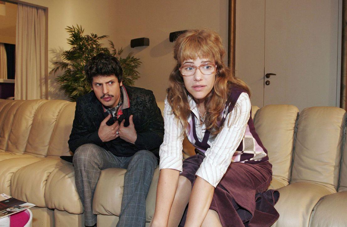 Lisa (Alexandra Neldel, r.) überrascht Rokko (Manuel Cortez, l.) - und sich selbst ... (Dieses Foto von Alexandra Neldel darf nur in Zusammenhang m... - Bildquelle: Monika Schürle Sat.1
