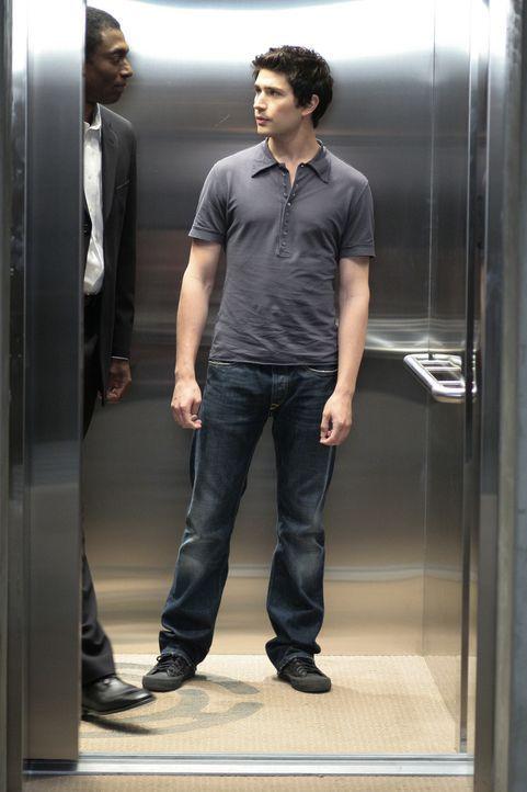 Kyle (Matt Dallas, r.) dringt bei Madacorp ein, doch dort wartet bereits Ballantine (Conrad Coates, l.) auf ihn ... - Bildquelle: TOUCHSTONE TELEVISION
