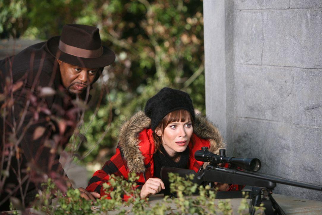 Auf dem Friedhof entdecken Chuck (Anna Friel, r.) und Emerson Cod (Chi McBride, l.), wer für Charles sein Leben lassen musste - ausgerechnet der ve... - Bildquelle: Warner Brothers