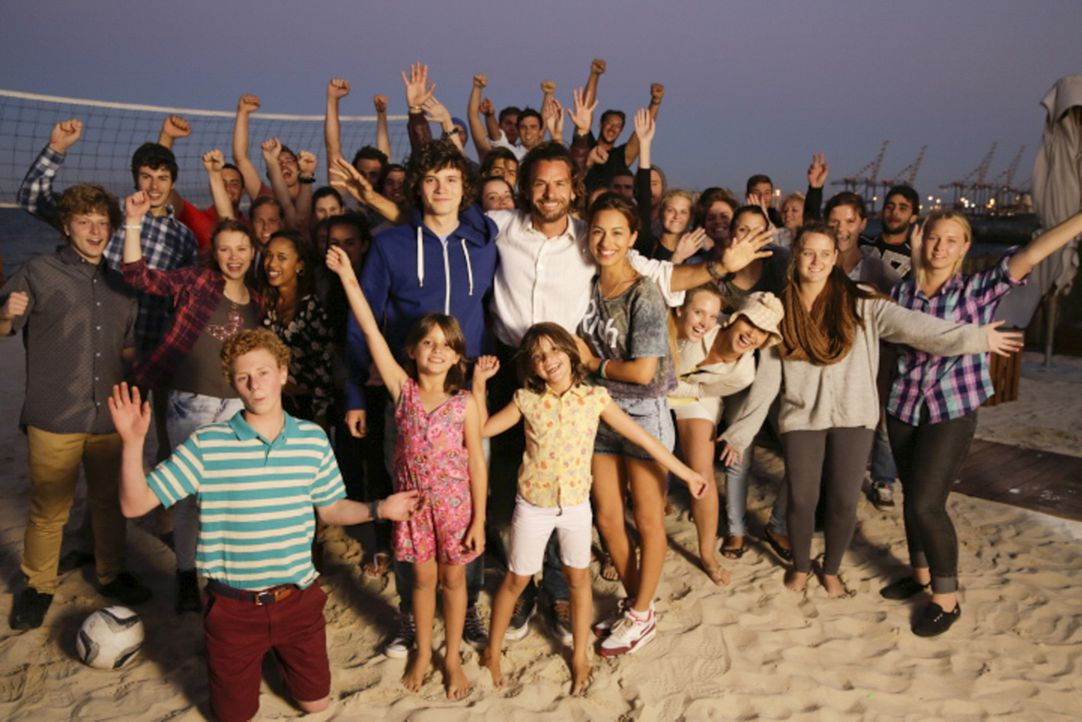 """Ein Stall voller Kinder: """"Super-Dad"""" Mark (Stephan Luca, vorne M.) mit Moritz (Tilman Pörzgen, vorne M.l.) und Janette (Gizem Emre, vorne M.r.) ... - Bildquelle: Melanie Clearly SAT.1"""