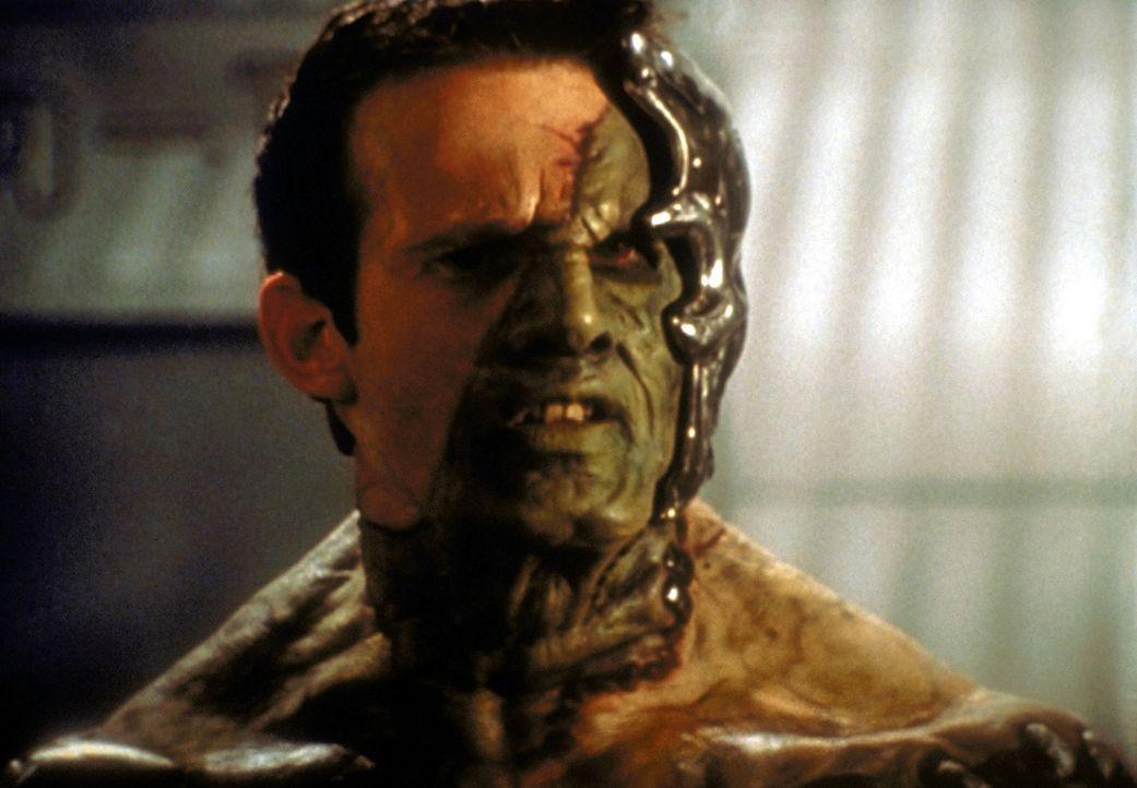 Ein neuer Feind taucht in Sunnydale auf - teils Mensch, teils Dämon, teils Maschine. Er heißt Adam (George Hertzberg) und scheint unbesiegbar zu sei... - Bildquelle: TM +   2000 Twentieth Century Fox Film Corporation. All Rights Reserved.