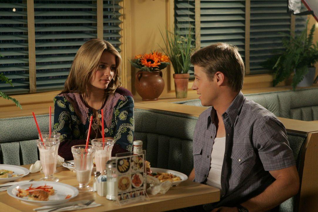 Marissa (Mischa Barton, l.) und Ryan (Benjamin McKenzie, r.) sind endlich wieder glücklich miteinander, aber werden von ihren Eltern dazu gedrängt... - Bildquelle: Warner Bros. Television