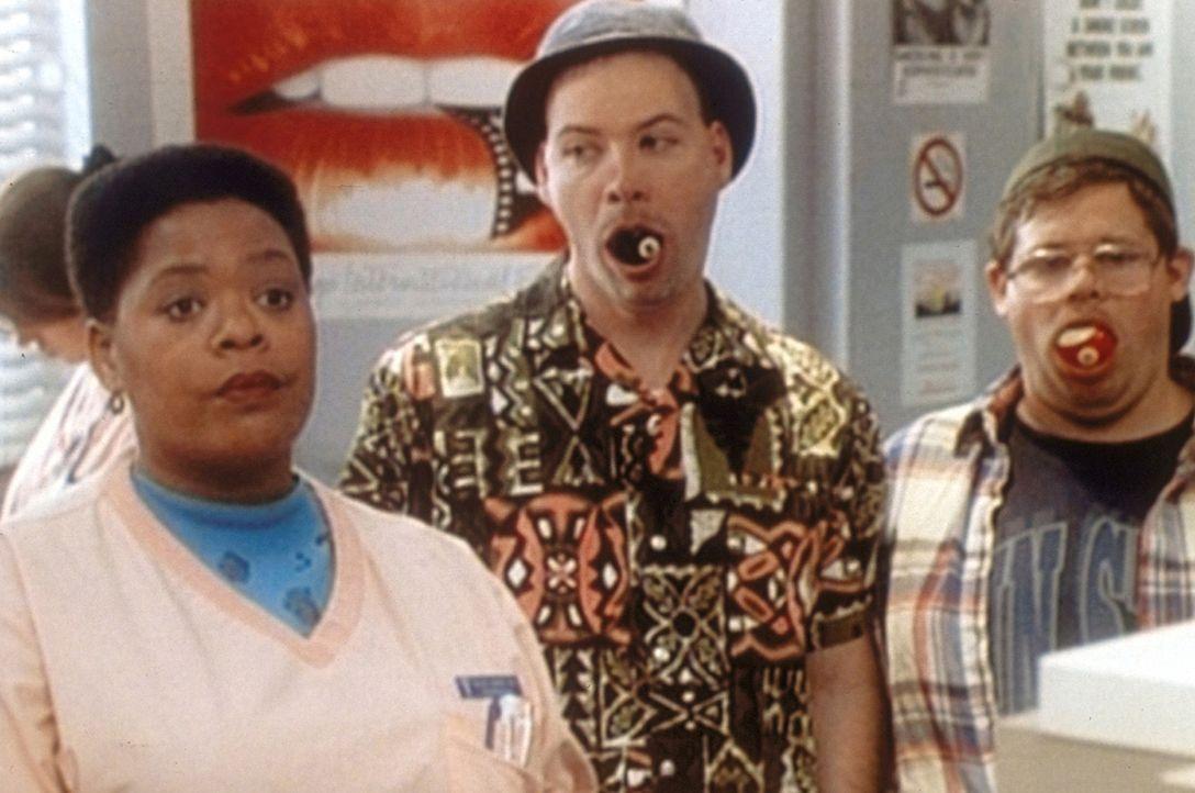 Haleh (Yvette Freeman, l.) ist fassungslos: Zwei erwachsene Männer haben sich wegen einer Wette Billardkugeln in den Mund gestopft und bekommen sie... - Bildquelle: TM+  2000 WARNER BROS.