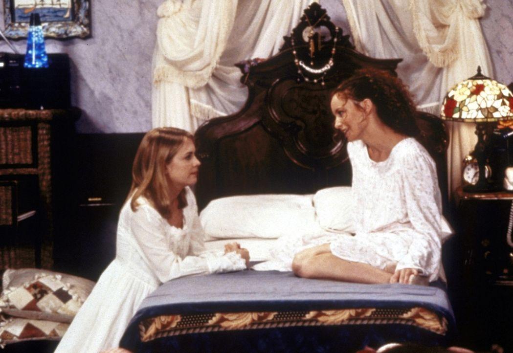 Mädchenabend: Sabrina (Melissa Joan Hart, l.) hat ihre Freundin Jenny (Michelle Beaudoin, r.) eingeladen, bei ihr zu übernachten ... - Bildquelle: Paramount Pictures