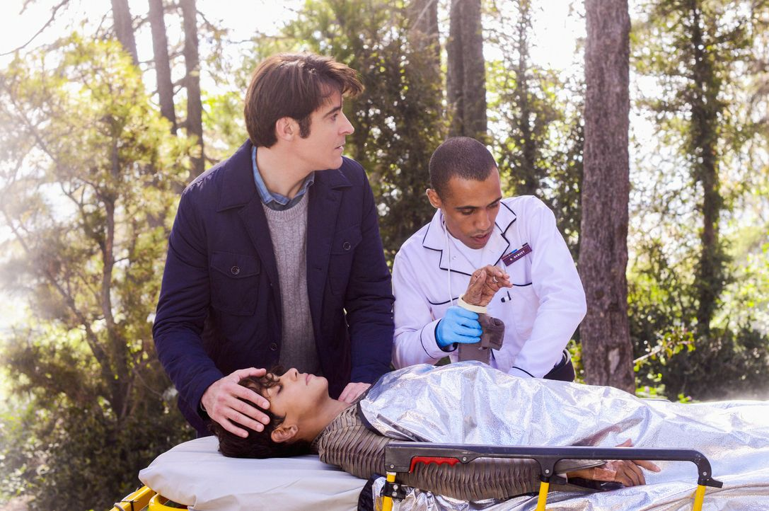 Als John (Goran Visnjic, l.) seine Frau Molly (Halle Berry, vorne) im Wald findet, kann der Arzt keine Schwangerschaft feststellen. Hat sie am Ende... - Bildquelle: Dale Robinette 2014 CBS Broadcasting, Inc. All Rights Reserved