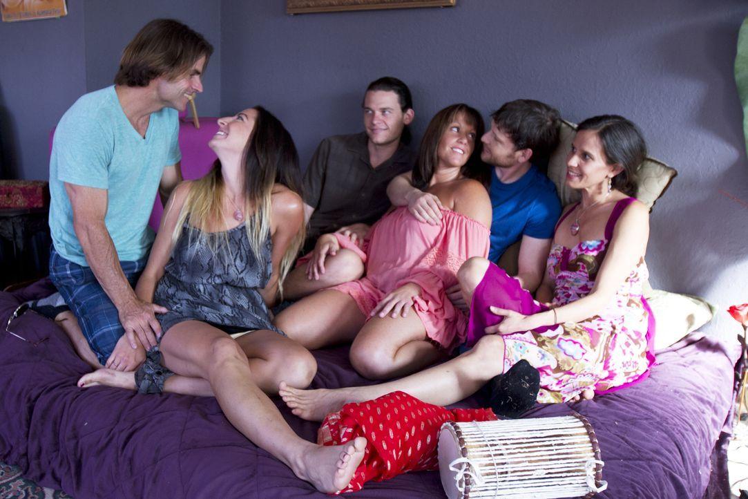 Während Michael (l.), Rachel (2.v.l.), Jason (3.v.l.), Tziporah (3.v.r.), Tahl (2.v.r.) und Kamala (r.) die Gemeinsamkeit genießen, brauchen Jen und... - Bildquelle: Showtime Networks Inc. All rights reserved.