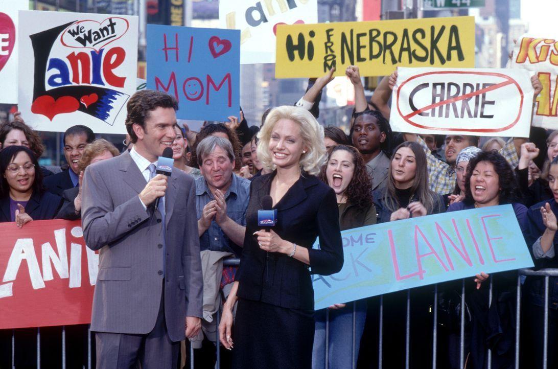 """Moderatorin Lanie Kerrigan (Angelina Jolie, r.) ist das Zugpferd der Nachrichten beim lokalen Sender KQMO 4. Ihre Sendung """"That's Seattle Life"""" ist... - Bildquelle: 2002 Twentieth Century Fox Film Corporation. All rights reserved."""
