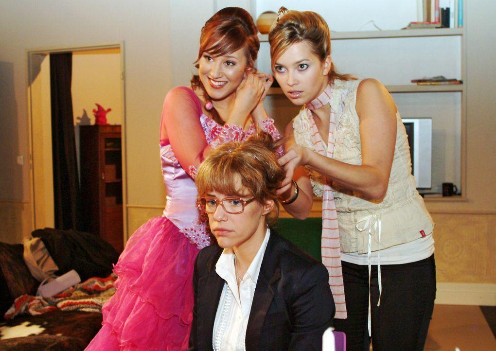 Lisa (Alexandra Neldel, M.) hat in ihrer Trauer um David Mühe, sich auf die Hochzeitsvorbereitungen von Yvonne (Bärbel Schleker, l.) und Hannah (L... - Bildquelle: Monika Schürle Sat.1