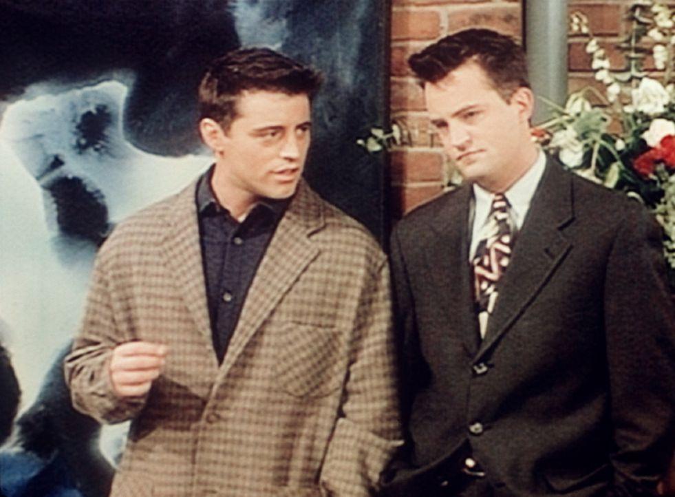 Joey (Matt LeBlanc, l.) und Chandler (Matthew Perry, r.) sind auf Carols und Susans Hochzeitsfeier zu Gast. - Bildquelle: TM+  2000 WARNER BROS.