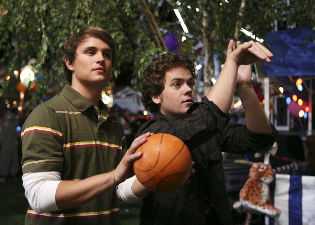 Haben Spaß am Jahrmarkt, der von den Verbindungen organisiert wurde: Heath (Zack Lively, l.) und Ben (Danny Weaver, r.) ... - Bildquelle: ABC Family