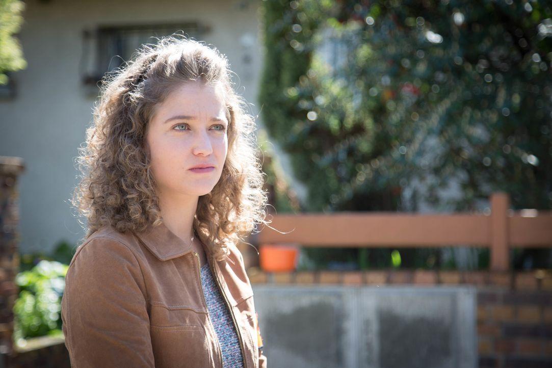 Neben den Ermittlungen stattet Emma (Sophie de Fürst), als Catwomen Hyppolite erneut einen Besuch ab ... - Bildquelle: Eloïse Legay 2016 BEAUBOURG AUDIOVISUEL