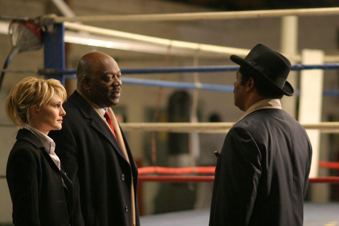 Det. Lilly Rush (Kathryn Morris, l.) und Det. Will Jeffries (Thom Barry, M.) fühlen Maurice Banks (Dean Martin, r.) auf den Zahn ... - Bildquelle: Warner Bros. Television