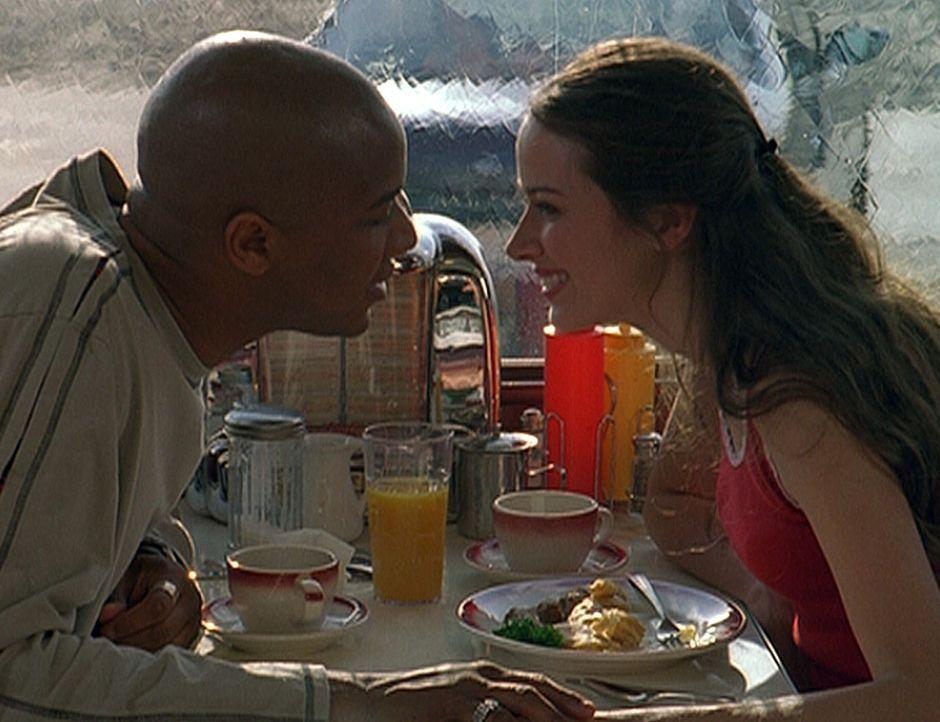 Gunn (J. August Richards, l.) und Fred (Amy Acker, r.) haben nur noch Augen füreinander ... - Bildquelle: 20th Century Fox. All Rights Reserved.