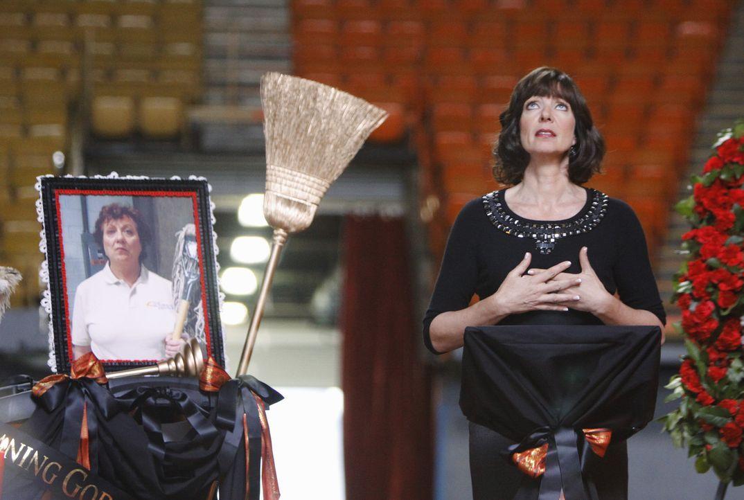 Crystal (Allison Janney) hält eine bewegende Rede während der Trauerfeier für ihre treue Putzfrau Nadia ... - Bildquelle: Sony Pictures Television Inc. All Rights Reserved.