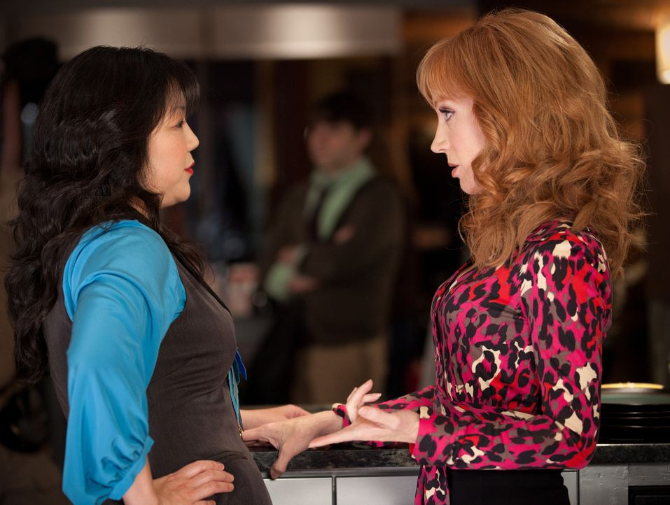 Teri (Margaret Cho, l.) und Jenna (Kathy Griffin, r.) geraten aneinander ... - Bildquelle: 2011 Sony Pictures Television Inc. All Rights Reserved.