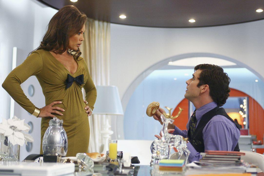 Bei Marc (Michael Urie, r.) und Wilhelmina (Vanessa Williams, l.) ist die Stimmung etwas angespannt, da Marc sein Wissen um Wilhelminas heimliche Te... - Bildquelle: Buena Vista International Television