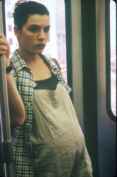 Die hochschwangere Carol (Julianna Margulies) macht sich auf den Weg nach Hause. - Bildquelle: TM+  2000 WARNER BROS.